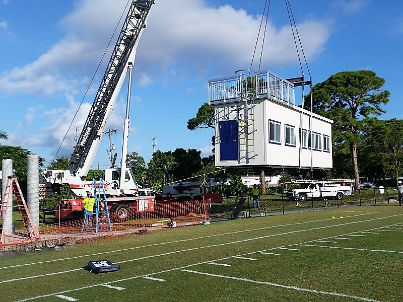 Lifting modular pressbox with crane